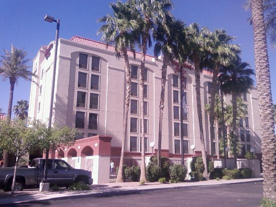 Hampton Inn Phoenix/Chandler: Front of hotel.