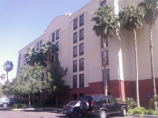 Hampton Inn Phoenix/Chandler: Back of hotel.