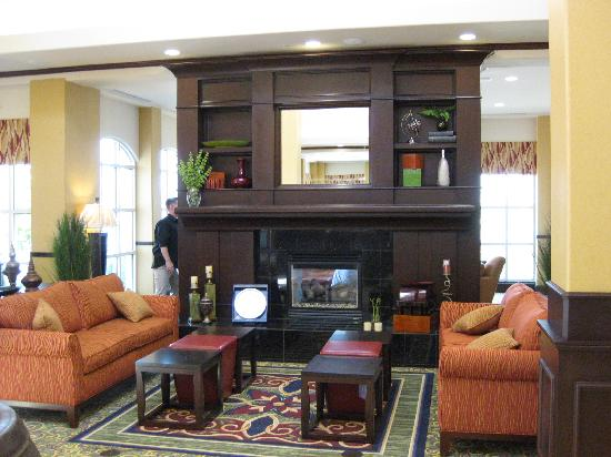 Hilton Garden Inn Fontana : fireplace in lobby