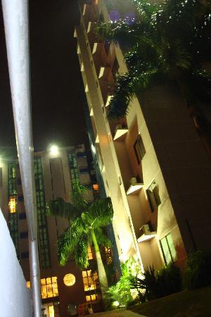 Falls Galli Hotel: At night looking up