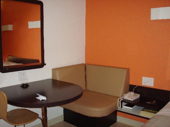 Motel 6 Santa Barbara - Goleta : Motel 6 Goleta - table nook