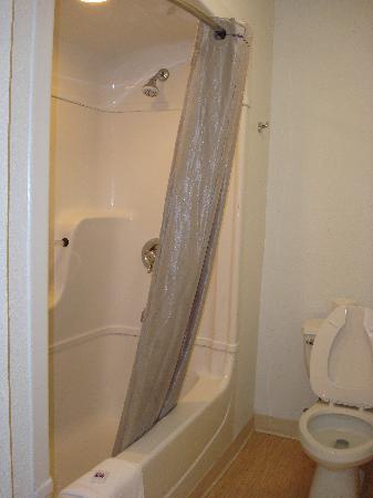 Motel 6 Santa Barbara - Goleta : Motel 6 Goleta - shower/tub