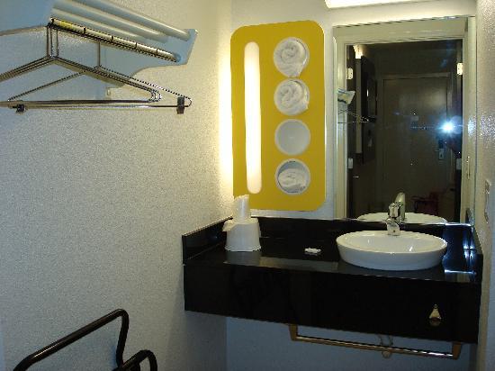 Motel 6 Santa Barbara - Goleta: Motel 6 Goleta - sink / vanity / closet LOL