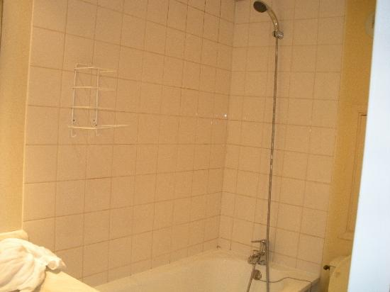 Ibis Budget Paris Porte de Montreuil: Shower without a curtain. An adventure in itself.