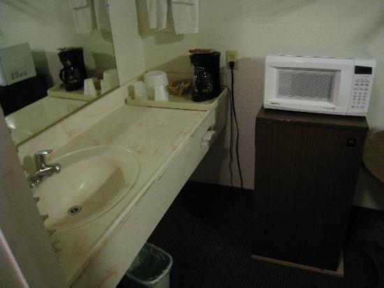 Mt. Whitney Motel : Sink, Fridge, Microwave