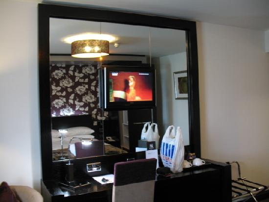 The BlueBell Hotel: Plasma screen TV