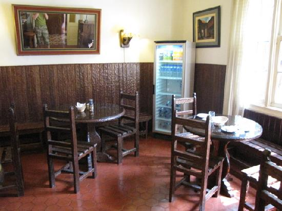 Casa De Huespedes Porta: Breakfast Room with Vending Machine in the back