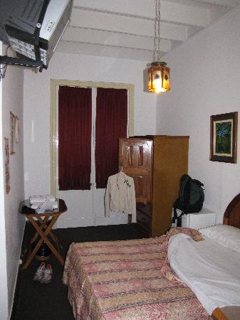 Casa De Huespedes Porta: Room 201 at night looking towards the door
