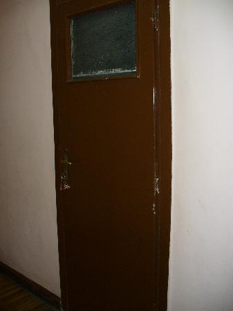 Isis Hotel: Bathroom Door (supposed to be ensuite)