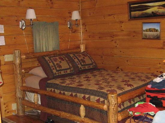 Ash Ridge Cabins: Log bed