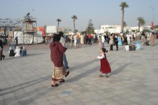 Gnawa - little girl dancing