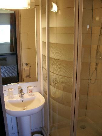 Best Hotel Dunkerque : Ensuite shower room.
