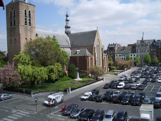 Turnhout, Belgia: View from room #16 over Markt, church.