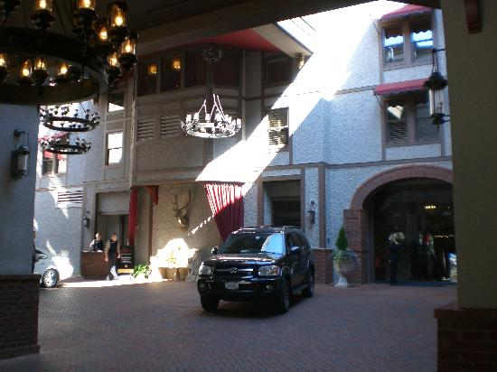 Grand Bohemian Hotel Asheville, Autograph Collection: The valet stand and drive-in entrance