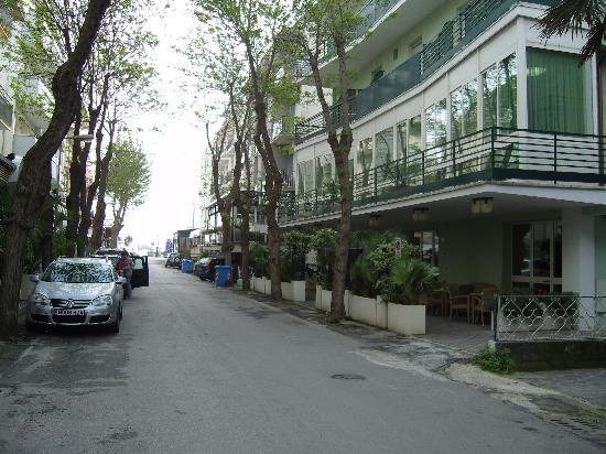 Hotel Plaza: Entrée de l'hôtel à droite