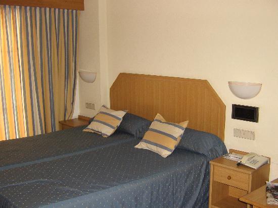AR Roca Esmeralda & SPA Hotel: habitación limpia y amplia