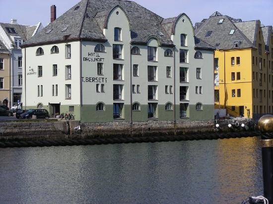 Hotel Brosundet : View of the hotel from the city center