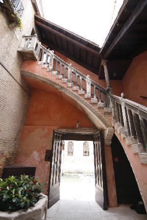 Hotel Pausania: Inside hotel courtyard