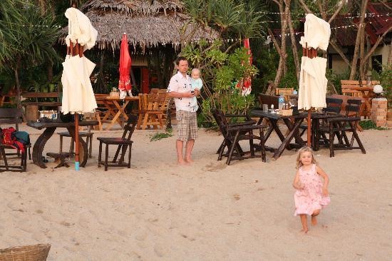 Lanta Nice Beach Resort: Restaurant area