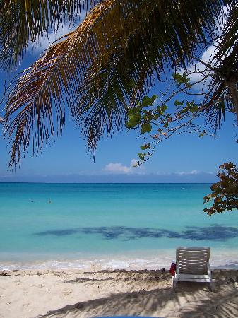 Shields Negril Villas: relaxing at the beach