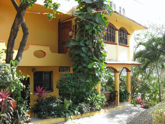 Casa Adriana: street view of hotel