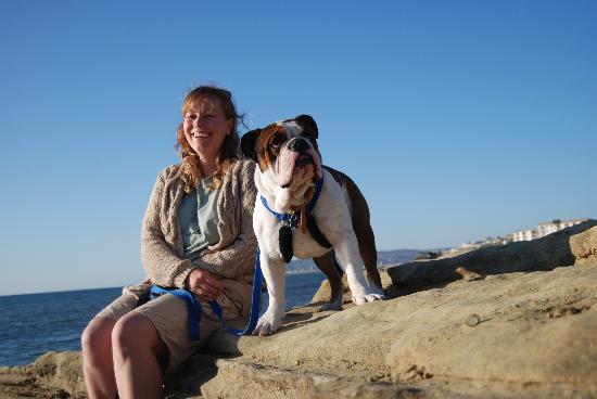 Ocean Villa Inn: Our bulldog Diesel never relaxes