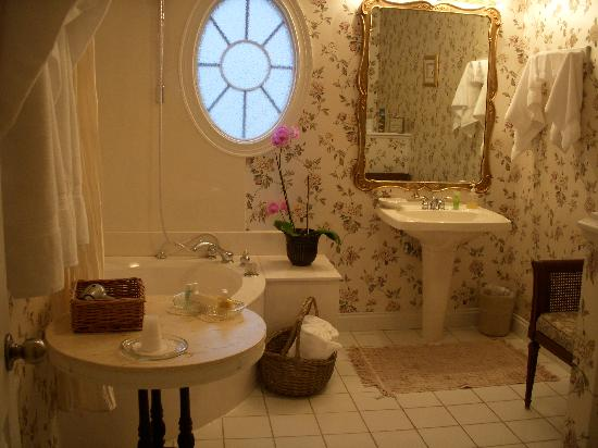 Windemere Inn By The Sea: Huge Bathroom (Enchantment room)