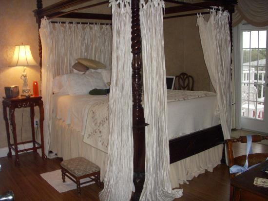 Windemere Inn By The Sea: Four poster bed (Enchantment room)