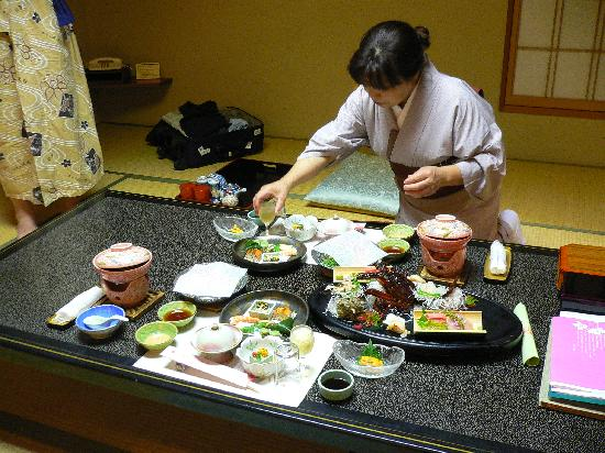 Hotel Kajikaso: Maid Preparing Dinner
