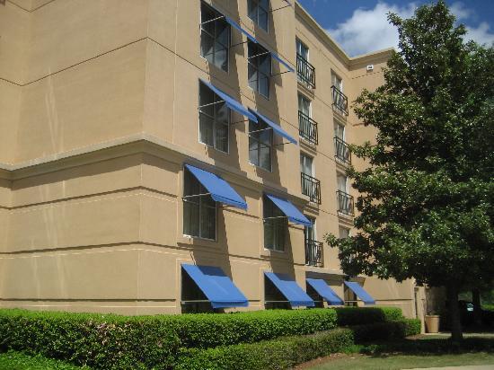 Embassy Suites by Hilton Atlanta - Airport: Hotel exterior