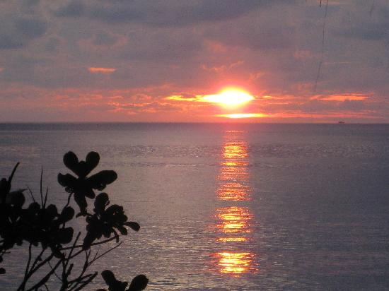 Sea Gypsy Village Resort & Dive Base: sunrise at beach