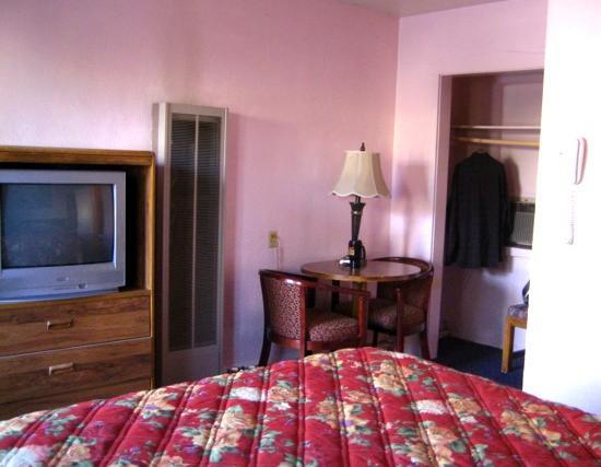 Western Scene Motel: Room & Closet