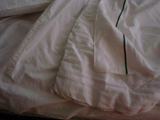 Residence Inn Phoenix Chandler/Fashion Center: Sandwiched sheets on bed and smelly fake down blanket