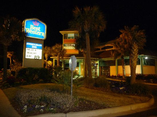 Best Western Charleston Inn: Best western at night.