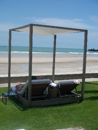 พุทธรักษา รีสอร์ท: Double sun bed
