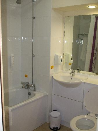 Premier Inn Southampton North Hotel: The bathroom
