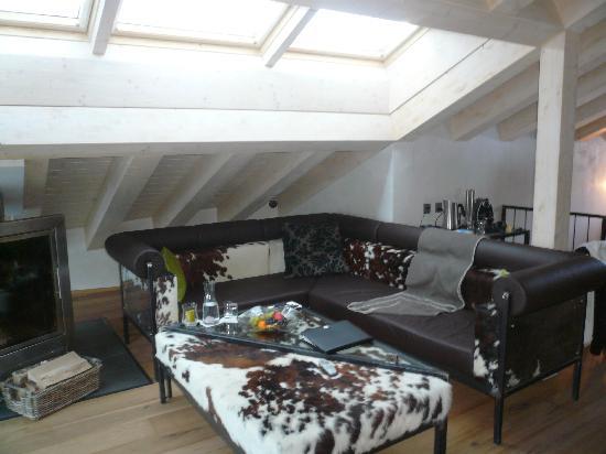 Hotel Matterhorn Focus: Salon de la suite avec cheminée