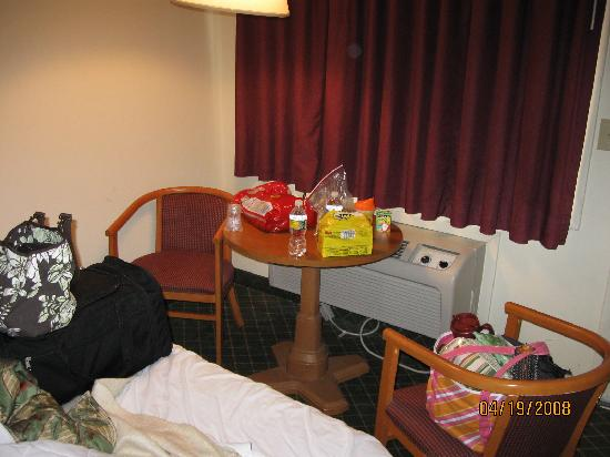 Economy Inn: sitting area