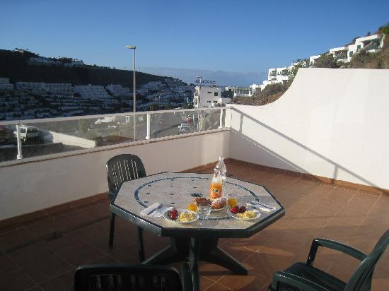 Hotel Servatur Terrazamar Suite & Sun Suite : Breakfast on the huge balcony