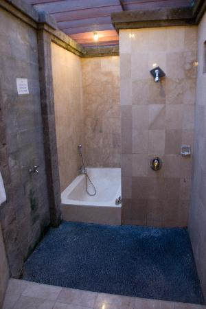 Biyukukung Suites and Spa: the bathroom