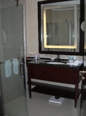 Hilton Moscow Leningradskaya: Salle de bain