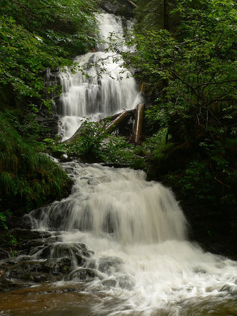 Rumänien: Valul Miresei waterfall