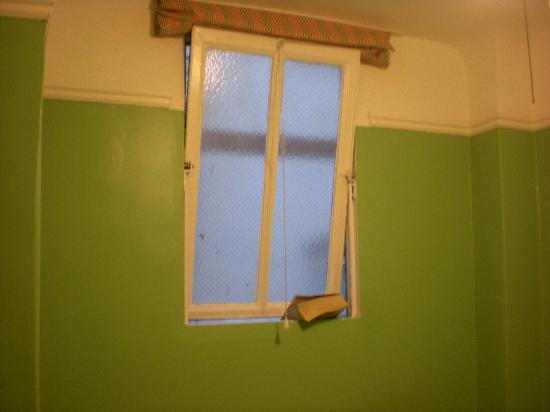 Adelaide Hostel: la fen^tre sur le mur