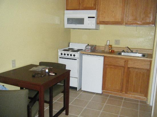 Americas Best Value Inn & Suites : kitchenette