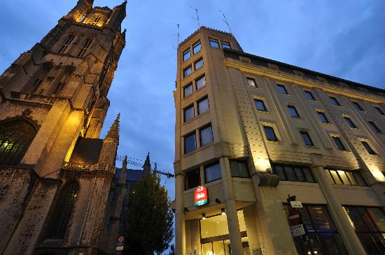 Ibis Gent Centrum St-Baafs Kathedraal: Hotel at night