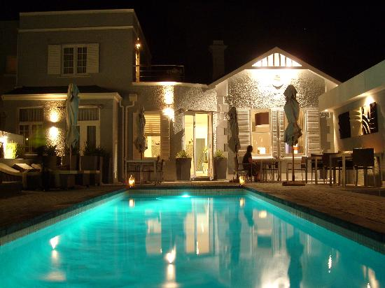 2Inn1  Kensington: A night at the pool II...