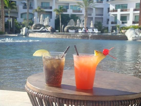 Cabo Azul Resort: Drinks by the pool