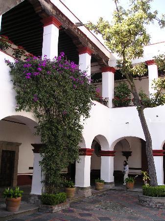 San Jacinto Plaza : il cortile della chiesa