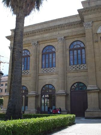 Teatro Massimo - ingresso laterale per i tour guidati