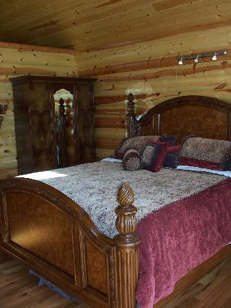 Treehouse Cottages: Another photo of the bed